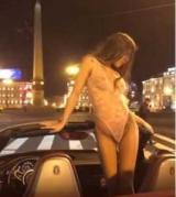 Поліція оштрафувала полуголую дівчину, яка влаштувала танці на дорозі